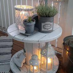 Une table d'appoint pour une ambiance cosy et romantique. Avec un simple touret poncé et repeint ! J - by_hemoon