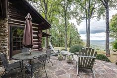 Adorable mountain retreat. 1900's log cabin with spectacular views!