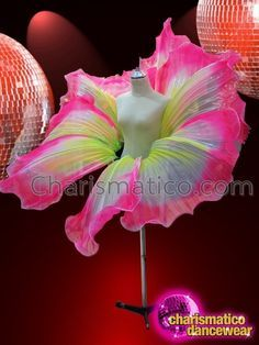 CHARISMATICO colourful huge floral petal patterned drag queen waist belt Carnival Costumes, Cool Costumes, Drag Queens, Drag Queen Costumes, Flower Headdress, Flower Costume, Halloween Karneval, Mode Costume, Burlesque