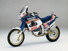 In Japan when they decide to make a joke and didn't know quite how to make winning bike. Honda NXR 750 It's a real prototype created to win the world's toughest race. Honda showed up at the start with the NXR a twin-cylinder 8 valves 780 cm ³ capable of … Motos Honda, Honda Motorbikes, Honda Bikes, Honda Motorcycles, Vintage Motorcycles, Moto Enduro, Enduro Motorcycle, Moto Bike, Scrambler