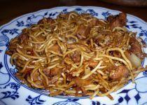 Čínské smažené nudle s kuřecím masem