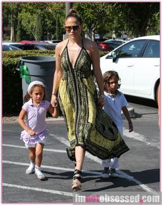 Jennifer Lopez & Family Shop At Barnes & Noble