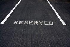 VvE Rechtspraak: Is de VvE verplicht parkeerplaatsen terug te kopen?| Uitleg bepaling in notariële akte van splitsing: is de Vereniging van Eigenaars verplicht parkeerplaatsen terug te kopen? In reconventie ligt de vraag voor of eiser misbruik van bevoegdheid heeft gemaakt door deze procedure te entameren en derhalve de volledige proceskosten dient te vergoeden. | 3:12 BW,3:13 BW,6:2 BW,akte van splitsing,appartementsrecht dat recht geeft,appartementsrecht recht gevende,besloten vennootschap…