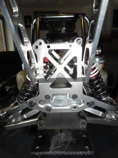 Die hintere Kunststoff-Brücke und der Kunststoff Träger für den Spoiler wurden gegen ALU-Teile ausgetauscht. In einem zweiten Schritt wurden die schwarzen Schrauben gegen V2A Schrauben ausgetauscht.