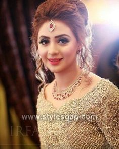 Hairstyle wedding engagement hairstyles 2019 - wedding engagement hairstyles - Weddings: Dresses, Engagement Rings, and Ideas Pakistani Bridal Hairstyles, Pakistani Bridal Makeup, Pakistani Wedding Dresses, Indian Hairstyles, Bride Hairstyles, Hairstyle Wedding, Wedding Lenghas, Bridal Mehndi, Hairdos