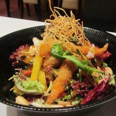 Ensalada asiática de camarón y pollo en Barcelona.  Una ensalada peculiar con sabor y no simple, natural pero también elaborada un equilibro de todo  http://www.onfan.com/es/especialidades/barcelona/tanta/ensalada-asiatica-de-camaron-y-pollo?utm_source=pinterest&utm_medium=web&utm_campaign=referal