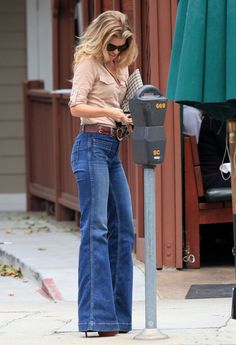 There is 0 tip to buy jeans, style, bell bottoms, high waisted, flare jeans. Help by posting a tip if you know where to get one of these clothes. 70s Fashion, Look Fashion, Denim Fashion, Winter Fashion, Fashion Women, Fashion 2018, Ethical Fashion, Fashion Trends, Latest Fashion