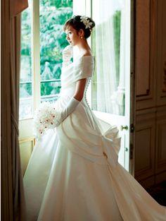 Step2 基本・ドレスの素材感と花材の質感をリンクさせる       【ミカドサテン素材ドレス】