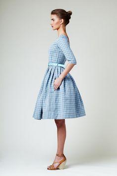 Frau Pomeranz Karenina MIDI-Kleid ist mittelschwere karierten Leinen Stoff hergestellt. Das Kleid verfügt über ausgestattet Mieder mit Dreiviertel-Ärmeln, Boot-Ausschnitt vorne und Runde Rückenschmerzen. Der MIDI-Rock ist plissiert und verfügt über seitliche Eingrifftaschen. Der Gürtel und die Knöpfe sind mit Seide bedeckt, die Spitze des Kleides ist mit 100 % Baumwollstoff gefüttert. Das Kleid wird Seite mit unsichtbaren Reißverschluss und zurück mit den Knöpfen geschlossen.  Größen: XS S M…