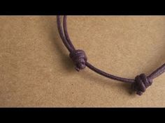 How to Tie a Multiple Overhand Sliding/Scaffold Knot with ParacordNudo correrizo-How to make an adjustable knot! Bracelet Fil, Bracelet Crafts, Jewelry Tools, Jewelry Crafts, Jewelry Making, Diy Bracelets Easy, Macrame Bracelets, Macrame Tutorial, Bracelet Tutorial
