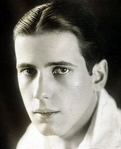 Humphrey DeForest Bogart December 1899 New York City, New York, U. Died January 1957 (aged Los Angeles, California, U. He reminds me of actor Matt Dillon in this picture. Hollywood Stars, Golden Age Of Hollywood, Classic Hollywood, Old Hollywood, Hollywood Glamour, Humphrey Bogart, I Look To You, Bogie And Bacall, Lauren Bacall