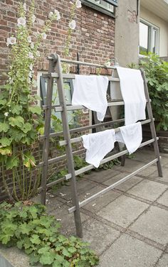 Drying rack for the garden : based on the drying racks on which Norwegians dry their stockfish. So that's where the girls get it from. It is in their genes