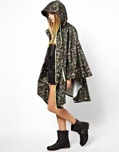 Noisy May Camo Rain Cape Áo đi mưa dáng áo choàng. Dáng áo choàng không có tay rõ ràng. Chất liệu thường là da lôn. Chất liệu chống nước chuyên đi mưa. Áo dài thường từ qua hông trở xuống.