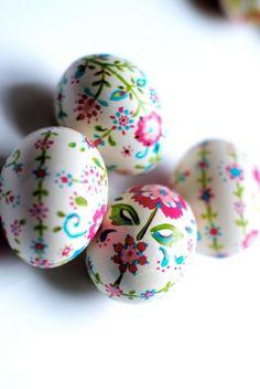 oeufs de Pâques blancs  à motifs floraux