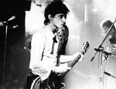 johnny thunders 1977 by Pennie Smith Rock Band Photos, Paul Simonon, Johnny Thunders, Britpop, Music Images, Punk Art, The Clash, Keith Richards, Music Icon