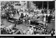 Jorge Terreros. Desfile de coches por la Plaza Bolívar en la celebración de la Batalla de las Flores y 604535. PALMIRA: Biblioteca Departamental Jorge Garces Borrero, 1920. 9x14.