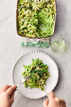 This Jamie Oliver mac 'n' cheese recipe is SO good, and it's packed with gorgeous green veggies. Topped with flaked almonds for crunch and oozy Cheddar. vegetarian recipes Greens mac 'n' cheese Veg Recipes, Cheese Recipes, Pasta Recipes, Vegetarian Recipes, Veg Dinner Recipes, Vegetarian Cookbook, Salad Recipes, Spinach And Cheese, Mac And Cheese