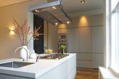 Prachtige kleurcombi; dat zachte grijs met wit en hout. Ook de afzuigkap spreekt wel aan