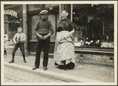 Keizerstraat, op de voorgrond Scheveningse visser en Scheveningse vrouw in dracht. ca 1915 #ZuidHolland #Scheveningen