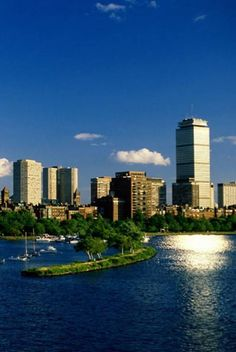 Foodie Quick Guide of Boston - Mouth-Watering Food for All Occasions : What is better than exploring the cuisines a city has to offer? Boston has some great food for all budgets and tastes! @Buggl #bostongastro #food #boston #travel #newengland #foodies #bostonfood #Massachusetts #travelguides #quickguide #foodieboston