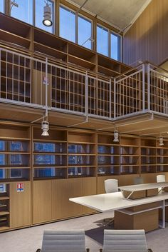 For the library of the Maison des Avocats (the headquarters of the Bar Association) in Piano di Paris, a special coupling system of the Laser Blade Wall Washer has been created on the structural sheet of the panels that make up the library itself: the appliances thus ensure homogeneous vertical lighting. Laser Blade General Lighting recessed luminaires were used in corridors and passage areas. Library Lighting, Office Lighting, Lighting System, Lighting Design, Glass Balustrade, Suspended Lighting, Renzo Piano, Custom Products, Metal Structure