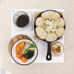 . gooooooood morning sunday :-]))) . #goodmorning #morning #breakfast #yummy #goodfood #instafood #onthetable  #homemade #foodie #foodstagram #igfood #foodphotography #foodphoto #2eat2gether #S_S_iloveBreakfast #朝食 #早餐 #goodmorning #早安 #おはようございます #baking #bread #鐵鍋麵包 #烘培 #麵包 #パン #S_S_iloveBaking #鮭魚菠菜酸奶起士沾醬鐵鍋豆乳麵包 #spinachdip #pullapartbread #手撕麵包