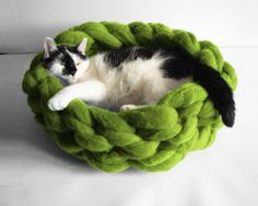 Chunky cat bed cat dog basket cat furniture cozy wool by Miauhau