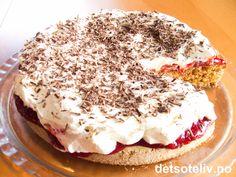 """Her er en oppskrift på en helt SUPER kake som alltid høster mye skryt!!! Det er ikke mange som gjetter at det er kavring i denne kaken, for den blir så seig og god - nesten som en mandelbunn. Jordbærsyltetøy, pisket krem og revet sjokolade på toppen smaker NYDELIG sammen med den deilige kakebunnen. """"Kavringkake med krem og syltetøy"""" er fin nok til å serveres til fest, men er likevel utrolig lettvint å lage! Anbefales!"""