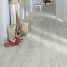 Silver Oak is a modern laminate floor in classic plank length. This floor features our Genuine™ wood texture, a lightly polished structure that follows the wood grain in every detail, complemented by a silk matt finish. Our livingExpression quality level is suitable for all-round domestic use. With AquaSafe for superior water resistance. Types Of Wood Flooring, Solid Wood Flooring, Hardwood Floors, Pergo Laminate, Laminate Flooring, Italian Tiles, Tile Manufacturers, Different Types Of Wood, Wood Texture