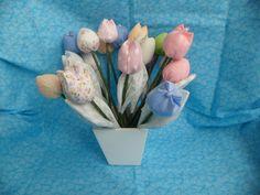 Vaso de madeira ou alumínio com 12 tulipas em cores variadas. <br> <br>Voce pode escolher as cores das flores. <br> <br>ROSA - AZUL - VERDE - LILÁS - AMARELA - VERMELHA - BRANCA - PRETA