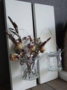 Wandbord met windlicht    Leuk decoratief wandbord met een waxinelichthouder. Te gebruiken om zowel gedroogde als verse bloemen  of een waxinelicht in te doen. Het wandbord wordt geleverd met ophanghaak. € 9,95 per stuk. (excl verzendkosten) @ www.woningspecials.nl
