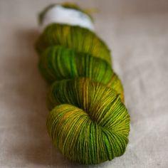 Hedgehog Fibresin Sock-lanka, tää olis hyvä paksuus. Väreinä mulle samat ku ohuemmassa eli Swamp, Pod, Hunter ja Shamrock. Titityystä tms
