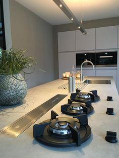 Referentie Wildhagen | Leicht keuken in de kleur Merino met keramiek blad (kleur Krypton). Pitt Cooking gaspitten in het aanrechtblad en downdraft afzuigsysteem. 3-in-1 Fusion kraan van Quooker.