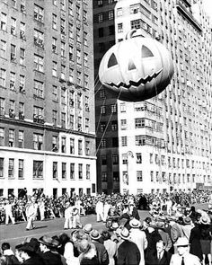 Macy's Thanksgiving Day Parade, 1945 – Photos – Macy's balloons through the years Watchers lean from windows in 1945 as a mammoth pumpkin passes by in the Macy's Thanksgiving Day Parade. Vintage Halloween Photos, Retro Halloween, Halloween Images, Vintage Photos, Halloween Ideas, Halloween Prints, Halloween Halloween, Vintage Photographs, Halloween Decorations
