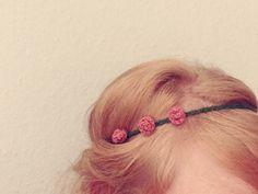 Haarband mit 3 kleinen gehäkelten Röschen von Wollmauz auf DaWanda.com