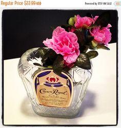 VENTA hoy sólo hermoso mano corte florero de botella de licor real corona reciclada de Rehabulous en Etsy https://www.etsy.com/es/listing/123471749/venta-hoy-solo-hermoso-mano-corte