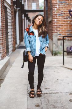 Fall Birkenstock Outfit Inspiration Looks, Where to Buy, & Birkenstock Dupes Fall is one of the best seasons of the year outfit-wise. I absolutely love the mix of cozy yet trendy pieces and the… Earthy Outfits, Fall Outfits, Summer Outfits, Casual Outfits, Cute Outfits, Fashion Outfits, T Shirt Outfits, Sandals Outfit Summer, White Tshirt Outfit