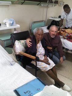 Ayer con Eleuteria, 90 años, en la sala de Cirugía A3, Hospital Guevara Las Tunas. La foto tomada por mi esposa, ingresada en la misma sala.