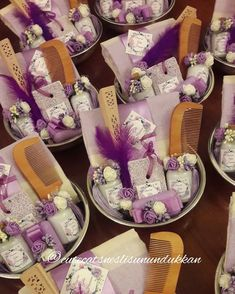 Görüntünün olası içeriği: iç mekan Wedding Gift Baskets, Wedding Gifts For Guests, Wedding With Kids, Wedding Wine Glasses, Ramadan Gifts, Gift Hampers, Diy Party Decorations, Inspirational Gifts, Engagement Gifts