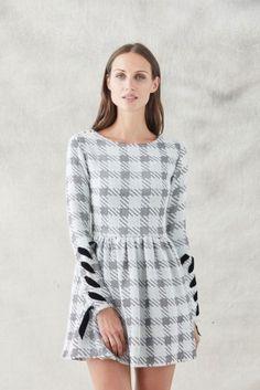 2042c5560 comprar vestido corto falda con vuelo de pata de gallo blanco y gris con manga  larga