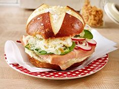 Bayrischer Blitz-Burger Our popular recipe for Bavarian Blitz Burger and over more free recipes on LECKER. Hamburger Meat Recipes, Meatloaf Recipes, Burger Recipes, Salmon Recipes, Grilling Recipes, Egg Recipes, Fish Recipes, Appetizer Recipes, Meatloaf Burgers