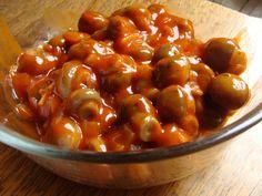 CHAMPIGNONS A LA GRECQUE Pour 4 personnes Préparation : 10 mn Cuisson : 25 mn Ingrédients : - 750 g de champignons de Paris entiers en boîte au naturel - 15 petits oignons blancs - 1/4 litre de vin blanc sec - 1 verre d'eau - 1 dl d'huile d'olive - 1 petite boîte de concentré de tomates (70 g) - 2 citrons - 15 graines de coriandre - laurier et thym - 2 morceaux de sucre - sel et poivre