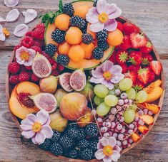 Good Morning Lovelies, Sunday's are for sharing fruit platters like this one. All the seasonal fruits and we are enjoying them as long as… Healthy Fruits, Healthy Recipes, Party Food Platters, Fruit Platters, Healthy Halloween Snacks, Beautiful Fruits, Veggie Tray, Snacks Für Party, Fruit In Season