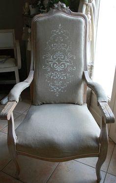 fauteuil retapissé, lin peint et patine. fauteuil voltaire relooké
