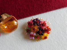 Compoziția florală este confecționată din bănuți de cuarț roz, jad, rodocrozit, prehnit, citrin, carneol, granat, ametist, agat, mărgele din granat și agat, perle de cultură, sârmă modelatoare aurită cu aur de 18 karate. Aur, Karate, Stud Earrings, Floral, Jewelry, Bead, Jewerly, Jewlery, Stud Earring