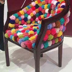 cadeira enfeite decoração decor  pompom https://pitacoseachados.com
