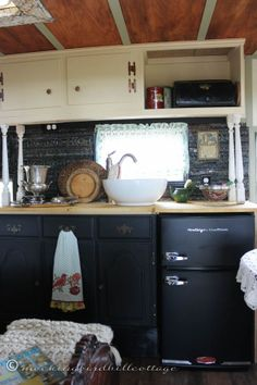 :: love everything about this camper! the color scheme, the lace, and the antique bed!  The diner portion with folding table is brilliant!::   trailer 5