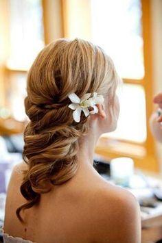 Perfecto peinado para una boda en la playa (detalle floral)