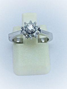 b42e9e765ac9 Anillo de diseño clásico en oro blanco y diamantes
