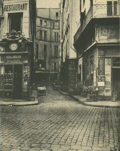 Le Paris disparu encore : ici l'impasse Saint-Sauveur vue depuis la rue Montmartre. Au 16ème siècle, elle se nommait rue du Rempart, puis rue du Puits. Transformée en impasse, elle prit le nom de cul-de-sac du Bout-du-Monde (pas beau ça?), impasse Saint-Claude et, finalement, en 1867, impasse Saint-Sauveur. Elle disparut lors du percement de l'extrémité de la rue du Louvre en 1913. Une photo de Charles Marville de 1868.